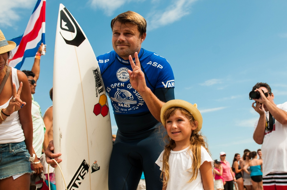 d3_lifestyle_dane_reynolds_with_girl_fan__large